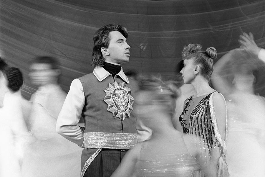 Дмитрий Хворостовский родился в 1962 году в Красноярске. С детства занимался музыкой. Окончил педагогическое училище и Красноярский институт искусств. В 1985 году стал солистом Красноярского государственного театра оперы и балета, где работал пять лет.