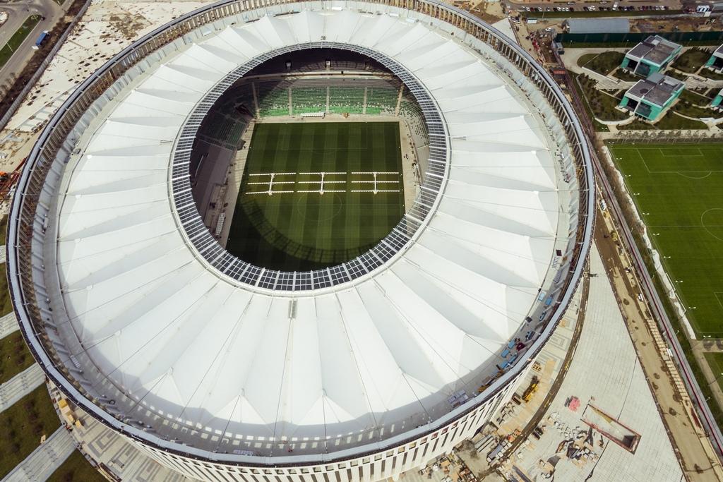 Вместимость чаши стадиона составляет34,2тыс. мест, изних3,2тыс. — VIP-места иложи. Крытые трибуны оснащены системой инфракрасного обогрева длямаксимального комфорта болельщиков вхолодную погоду