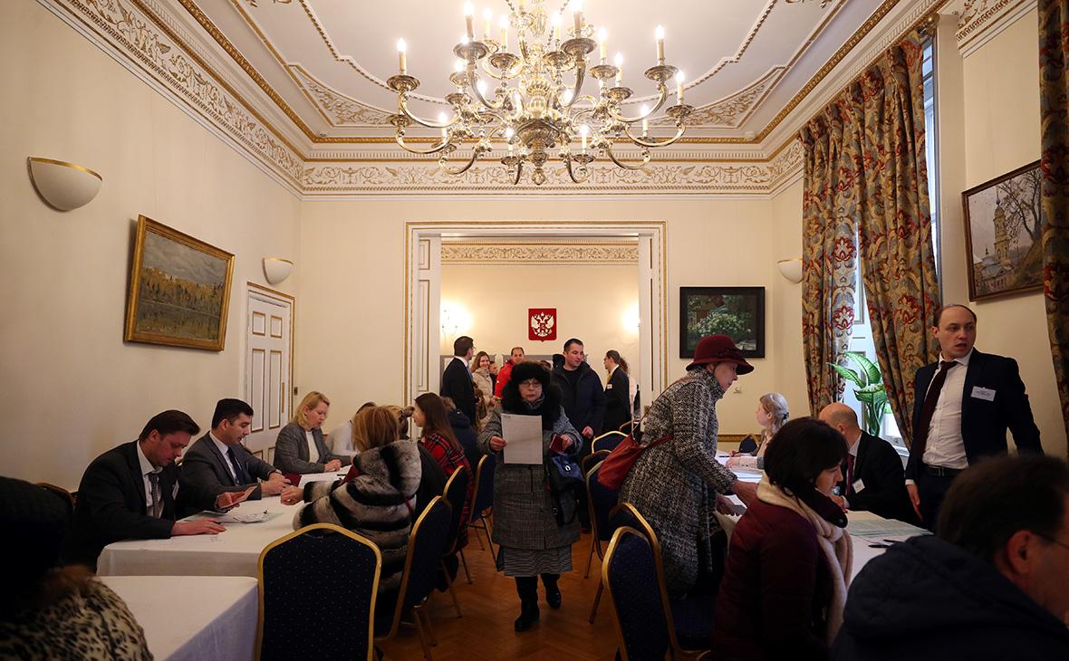 Избирательный участок в посольствеРоссии в Лондоне