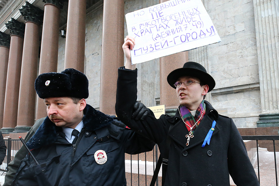 Участник одиночного пикета вовремя крестного хода околоИсаакиевского собора