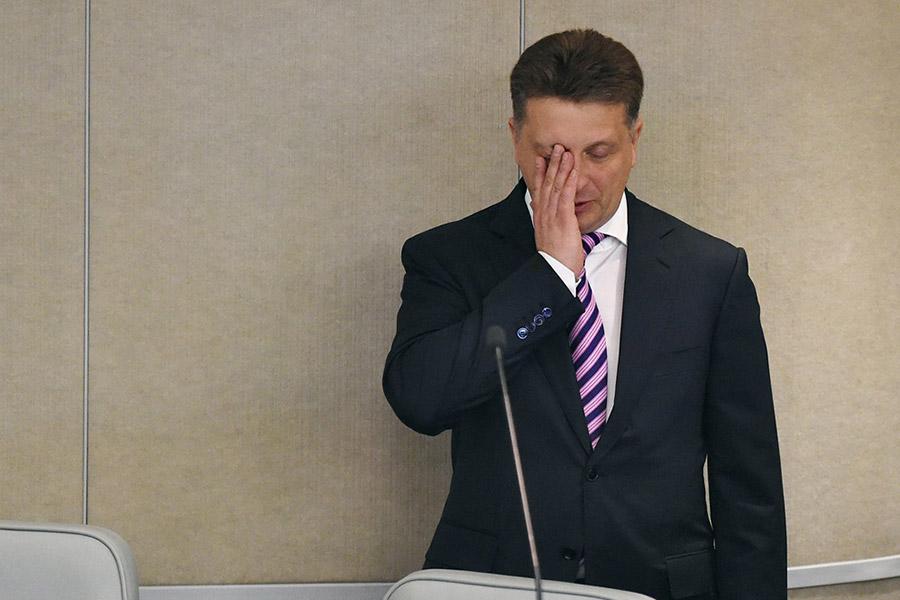27 сентября на совещании с членами правительства Путин объявил министру транспорта Максиму Соколову о его неполном служебном соответствии, пообещав подумать, что делать дальше. Вице-премьер Аркадий Дворкович был раскритикован за то, что недостаточно внимания уделяет транспортной отрасли. «Я объявляю вам о неполном служебном соответствии. Если справитесь с этой ситуацией быстро и эффективно, тогда мы подумаем с Дмитрием Анатольевичем, что делать с этим неполным служебным соответствием. Если не справитесь — тоже подумаем», — сказал Путин, обращаясь к министру. Ему также было поручено представить предложения по урегулированию ситуации на авиарынке в целом.  Критика Путина вызвана ситуацией с авиакомпанией «ВИМ-Авиа», которая не может рассчитаться с поставщиками топлива и аэропортами. Это привело к отменам и задержкам рейсов компании.