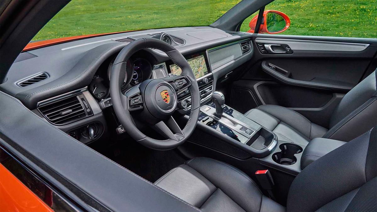 В салоне автомобиля установили новую центральную консоль с сенсорными кнопками вместо аналоговых