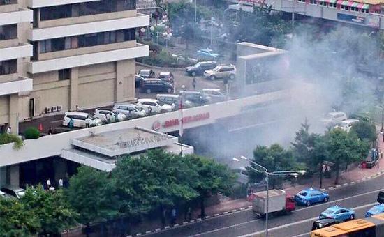 На месте одного из взрывов в Джакарте. 14 января 2015 года