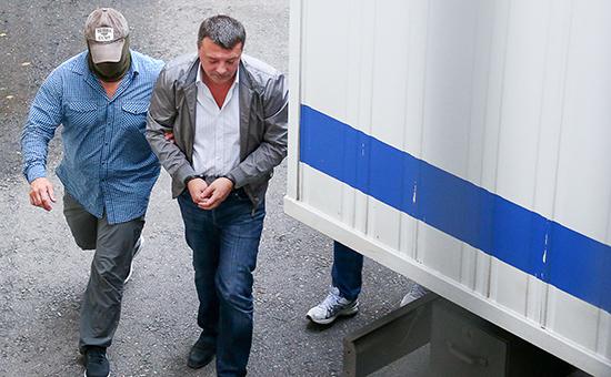 Начальник управления собственной безопасности Следственного комитета России Михаил Максименко (справа), задержанный по подозрению в превышении должностных полномочий и получении взяток от представителей криминального сообщества, перед рассмотрением ходатайства об аресте в Лефортовском суде.19 июля 2016 года