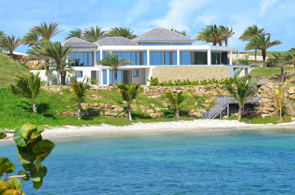 Двухэтажная вилла построена наберегу Карибского моря иимеет собственный песчаный пляж