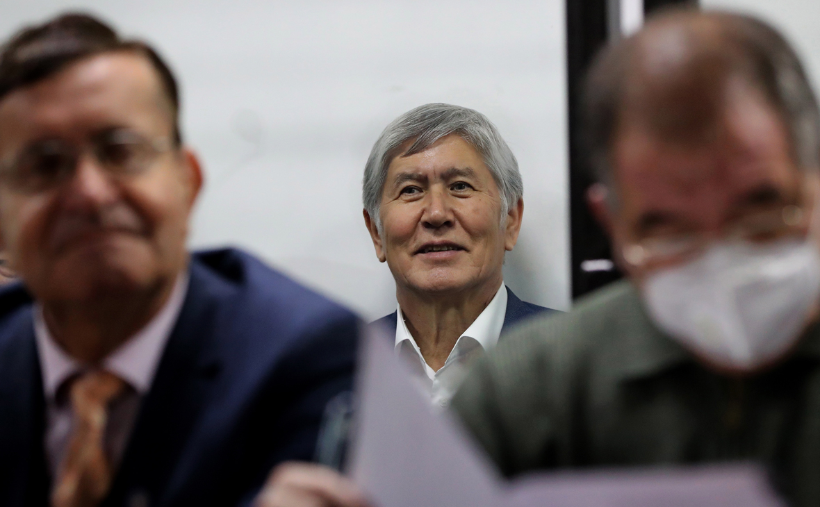 Алмазбек Атамбаев (в центре)