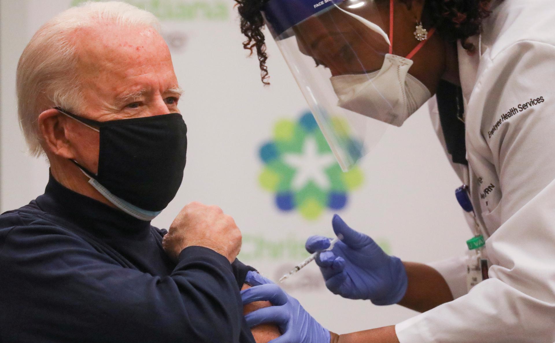 Байден сделал прививку от коронавируса в прямом эфире :: Политика :: РБК
