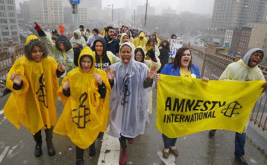 Участники Amnesty International вовремя демонстрации
