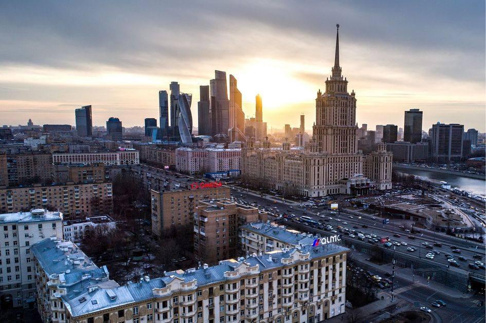 Вид на Кутузовский проспект и гостиницу «Украина»
