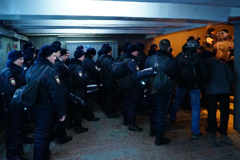 Полиция прибывает на митинг против платных парковок на Пушкинской площади в Москве