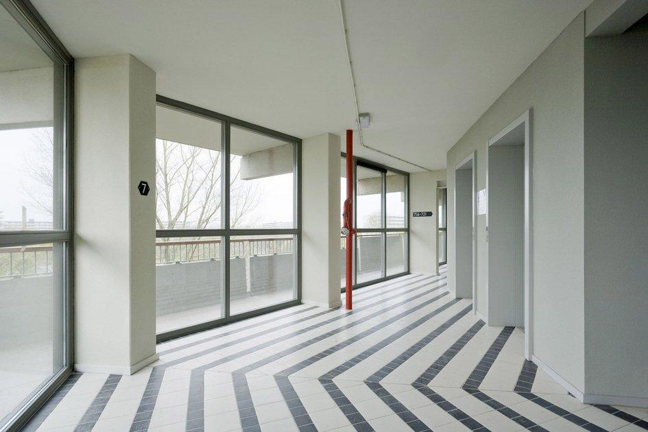 Внутренняя конструкция дома позволила объединять квартиры нетольковпределах одного уровня, ноите, чтонаходятся наразных этажах—засчет присоединения комнат, расположенных одна наддругой. В результате жильцы смогли лично смоделировать конфигурацию приобретаемой квартиры