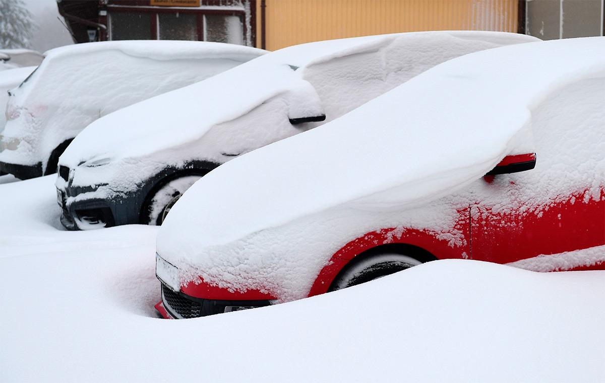В Москве опять метель. Как правильно выкапывать машину из снега