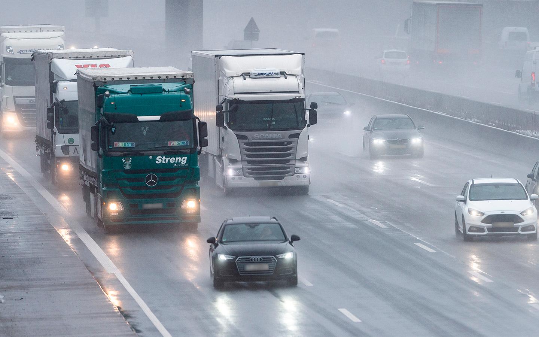 <p>Прогнозируется, что после ввода ограничений для транспорта массой 3,5-12 тонн число транзитных грузовиков сократится вдвое.</p>