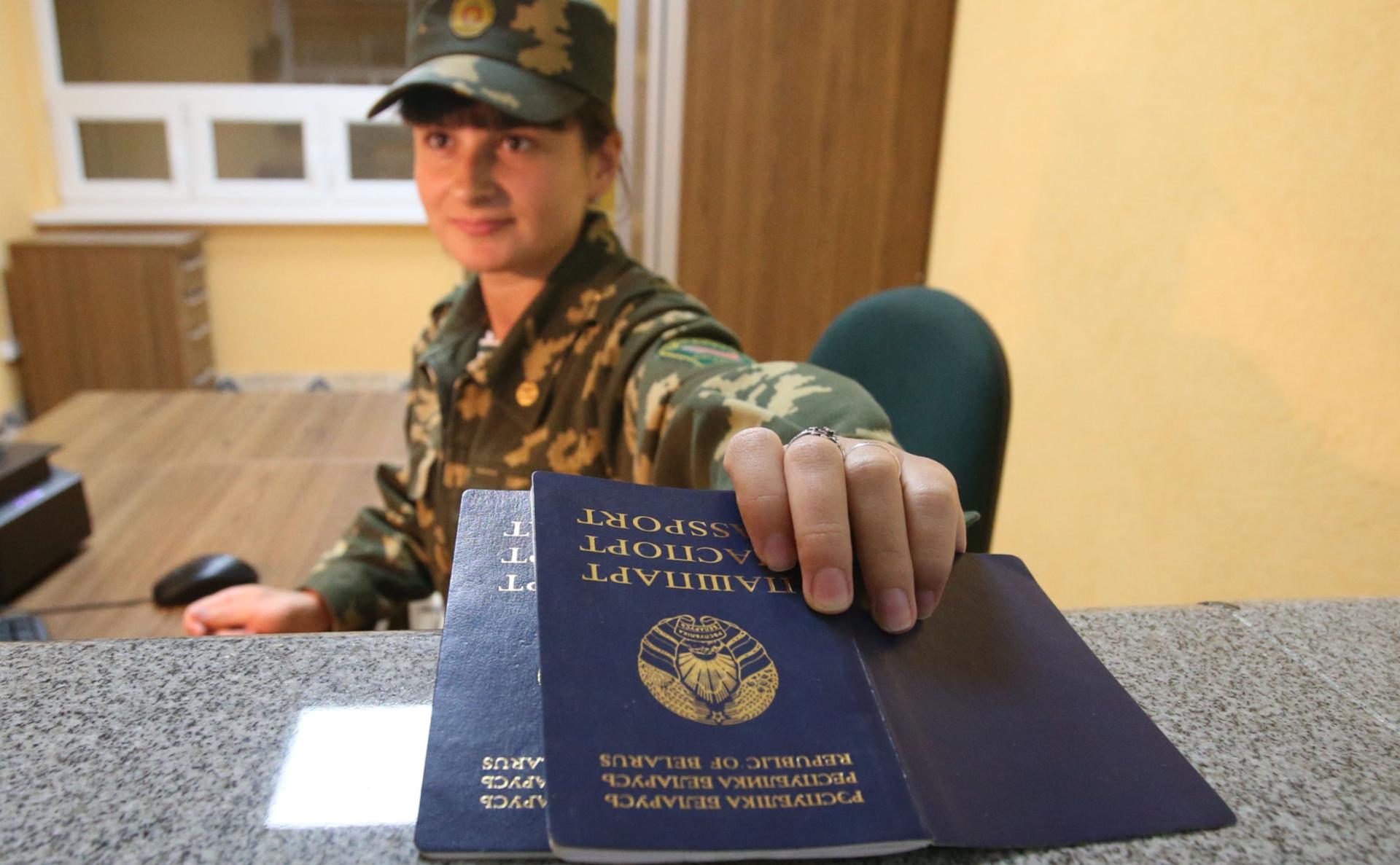 Проверка паспортов на пограничном переходе между Белоруссией и Польшей «Переров»