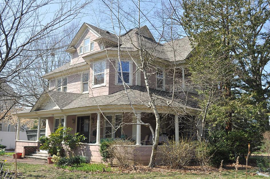 Этот двухэтажный коттедж в викторианском стиле появился за одну ночь. Его владелец решил нарушить симметрию городской планировки