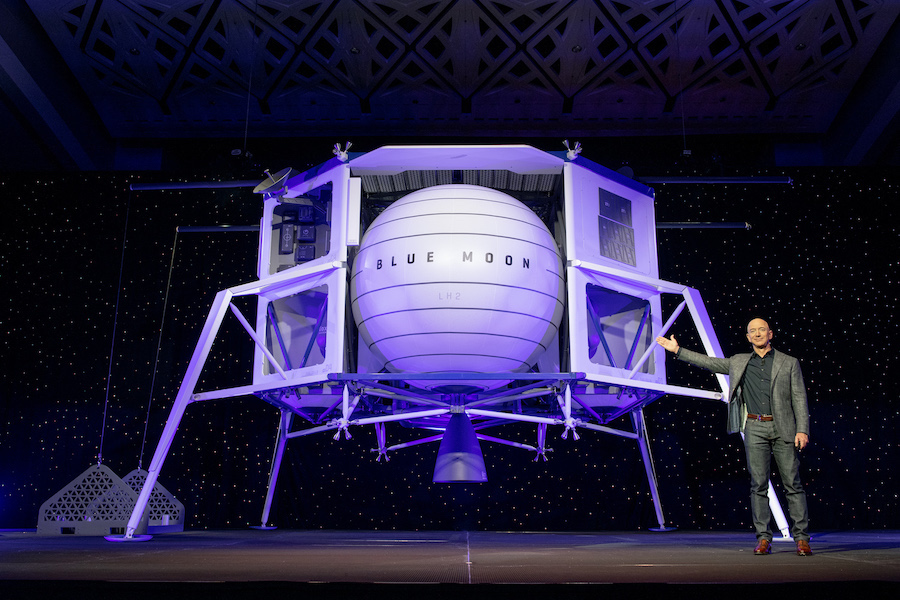 Джефф Безос и прототип Blue Moon, представленный 9 мая 2019 года