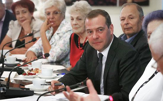 Премьер-министр России Дмитрий Медведев (в центре) во время встречи с пенсионерами