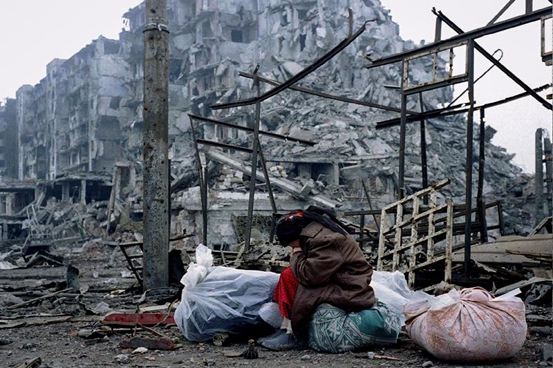 1994    26 ноября, штурм Грозного оппозицией и российскими спецслужбами    26 ноября 1994 года произошла третья попытка штурма Грозного, предпринятая оппозиционным по отношению к тогдашнему президенту Чеченской Республики Джохару Дудаеву Временным советом Чечни, который поддерживался российскими властями. В штурме приняли участие около 1200 человек, в том числе завербованные Федеральной службой контрразведки (в 1995 году преобразована в ФСБ) российские военнослужащие, около 40 танков, переданных оппозиции Северокавказским военным округомТ-72, и несколько БТР-80. В ходе штурма погибло около 500 человек.    Российское руководство не признало участие в штурме, а министр обороны России Павел Грачев заявил, что если бы в Чечне действительно воевали российские десантники, то все проблемы были бы решены в течение двух часов. «Признав бессилие оппонентов Дудаева, российское руководство должно будет либо пойти на открытое военное вмешательство в дела республики, либо вовсе отказаться от этих попыток, предоставив Чечне независимость», – писала газета «Коммерсантъ» через два дня после провалившегося штурма.    Был выбран первый вариант– 30 ноября Борис Ельцин подписал указ о восстановлении конституционной законности и правопорядка на территории Чеченской Республики, а 11 декабря начался ввод федеральных войск.    На фото: жительница Грозногов разрушенном городе