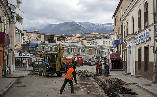 Ремонтные работы на одной из улиц в Ялте, Крым