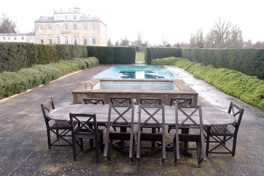 Подогреваемый бассейн. Во время нашего визита он был накрыт. Январь-месяц, как ни крути, не располагает к купанию.