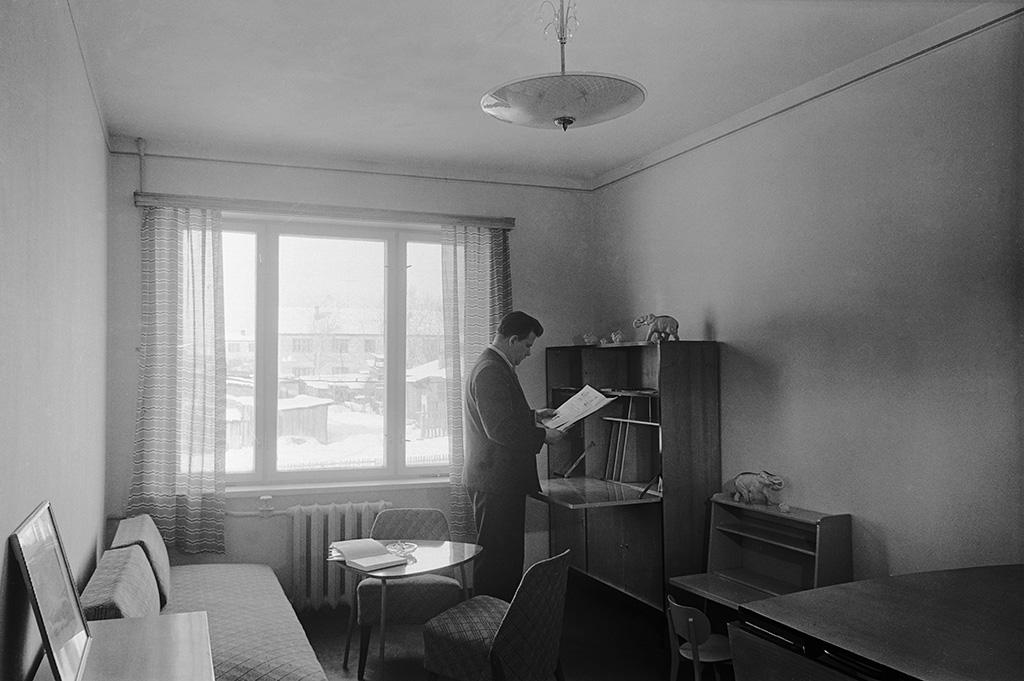 Самые первые хрущевки насчитывали 3–5 этажей, неимели лифта имусоропровода. В большинстве квартир, расположенных втаких домах, был совмещенный санузел, смежные гостиная испальня, маленькая пятиметровая кухня, низкие потолки (2,5–2,6 м) итонкие стены  На фото: интерьер комнаты вновом доме, 1959 год