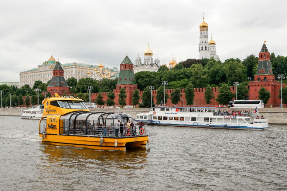 Желтый речной трамвай «Подсолнух» на фоне стен Кремля