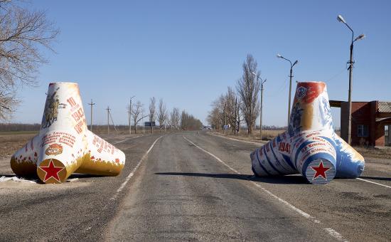 Разрисованные бетонные блоки в окрестностях города Новоазовск, Украина.