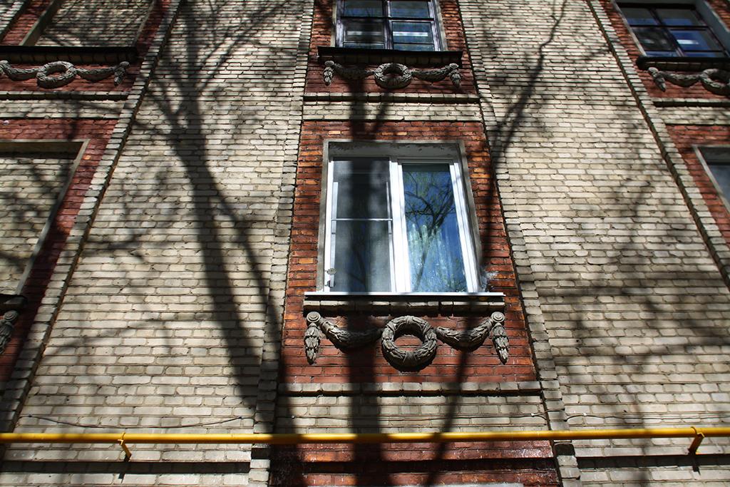 Поздний сталинский классицизм  Кандидатами наснос стали несколько кирпичных сталинских домов 1955 года постройки наИзумрудной улице вЛосиноостровском районе СВАО. Речь идет одобротных кирпичных пятиэтажках сжелезобетонными перекрытиями—таких какдом63, корп.1, стоящий вконце улицы изадающий ось всему кварталу  На фото: дом 38 поИзумрудной улице