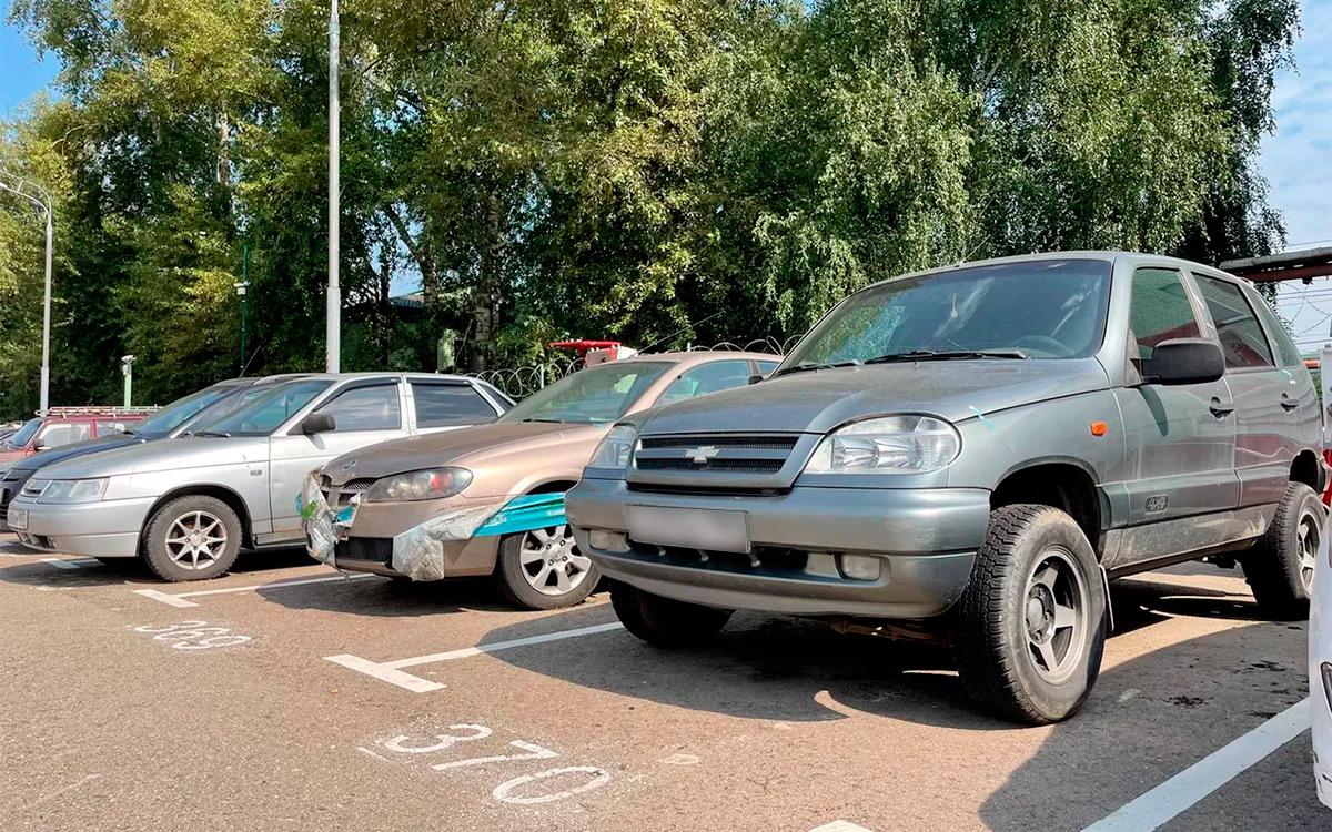 <p>Вперемешку с премиальными автомобилями погнившие Daewoo, древние Niva Chevrolet, средненькие Volkswagen и Kia.</p>