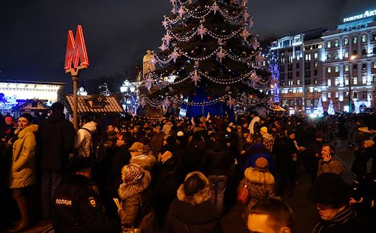 Участники акции протеста против платных парковок собрались у елки на Пушкинской площади в Москве