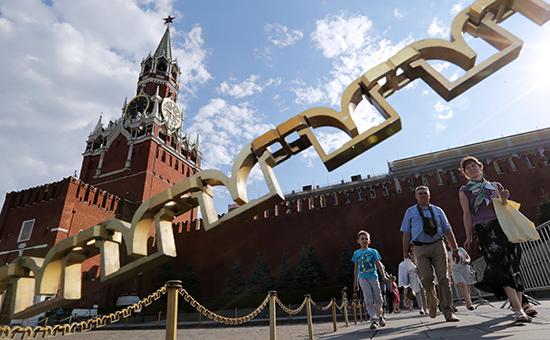 Посетители у прохода наКрасную площадь, расположенного рядомсворотами Спасской башни Московского Кремля