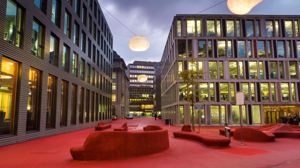 Авторы создали в городском пространстве Санкт-Галлена в Швейцарии городскую лаундж-зону. В основе концепции лежит идея комнаты, «вывернутой наизнанку»: вся мебель расположена прямо на улице, в то время как фасады окружающих домов окружают зону наподобие стен