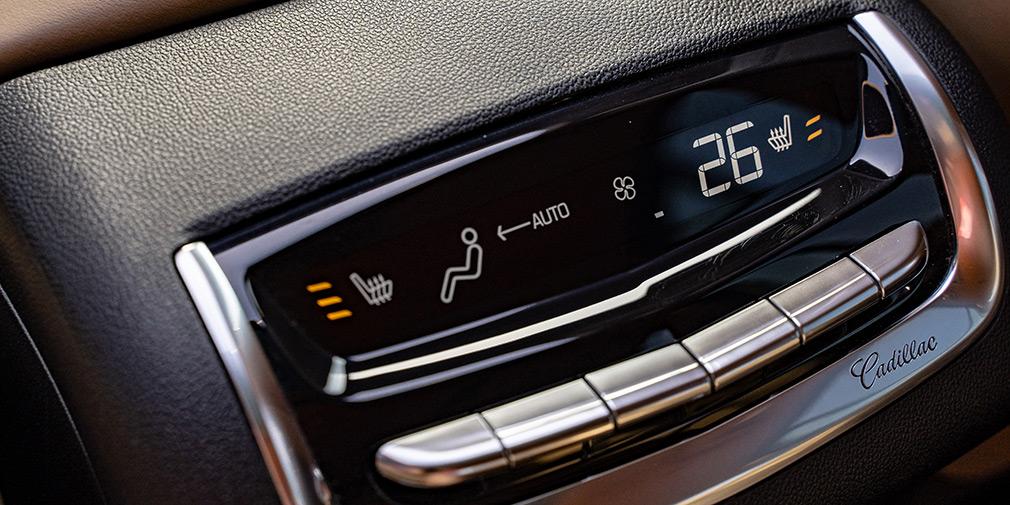 Климат-контроль трехзонный: к сидящим сзади обращен отдельный пульт, на котором также сенсорные кнопки подогрева второго ряда.