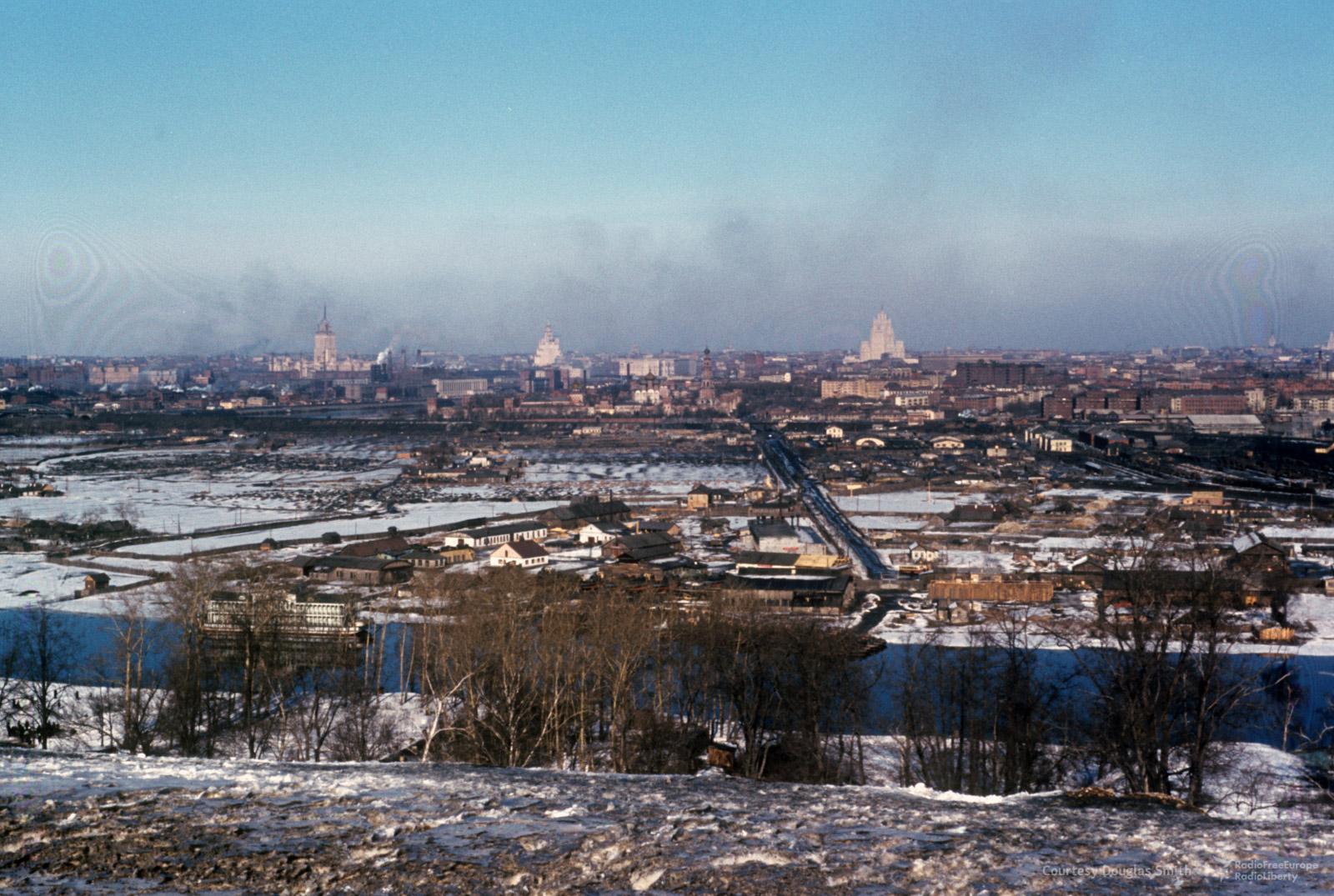 Вид сВоробьевых гор наНоводевичий монастырь (в центре) исталинские высотки