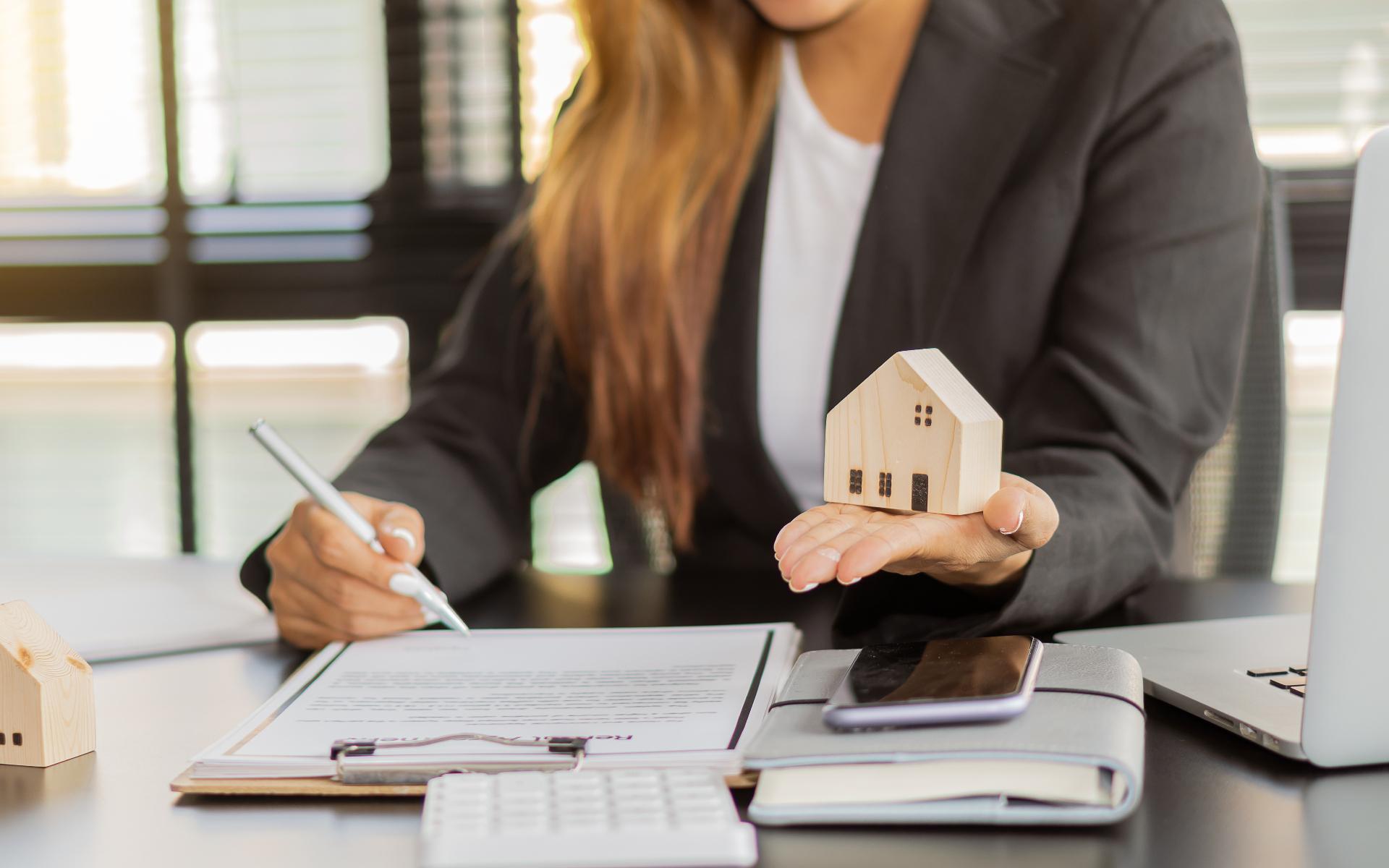 Покупатель должен убедиться, что продавец квартиры является ее законным собственником и что все документы в порядке
