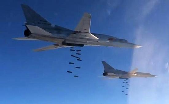 Самолеты Ту-22М3 дальней авиации ВКС России вовремя нанесения удара пообъектам запрещенной вРоссии террористической группировки ИГ вСирии. Ноябрь 2015 года
