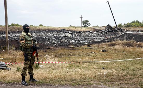 Обломки Boeing рейса MH17 на месте крушения. 17 июля 2014 года