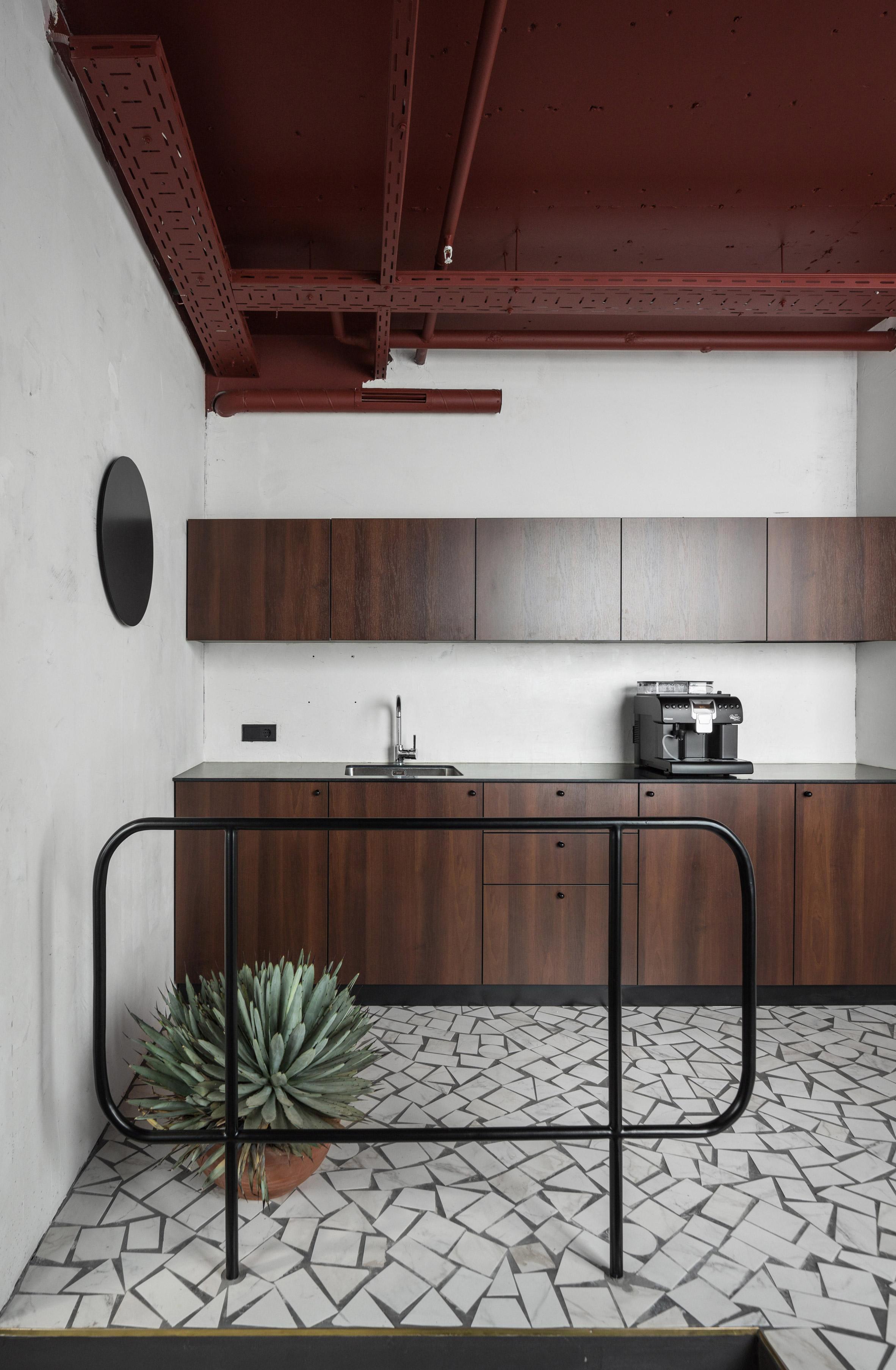 Интерьер кухни выдержан вминималистском духе—подстать дизайну всего офиса