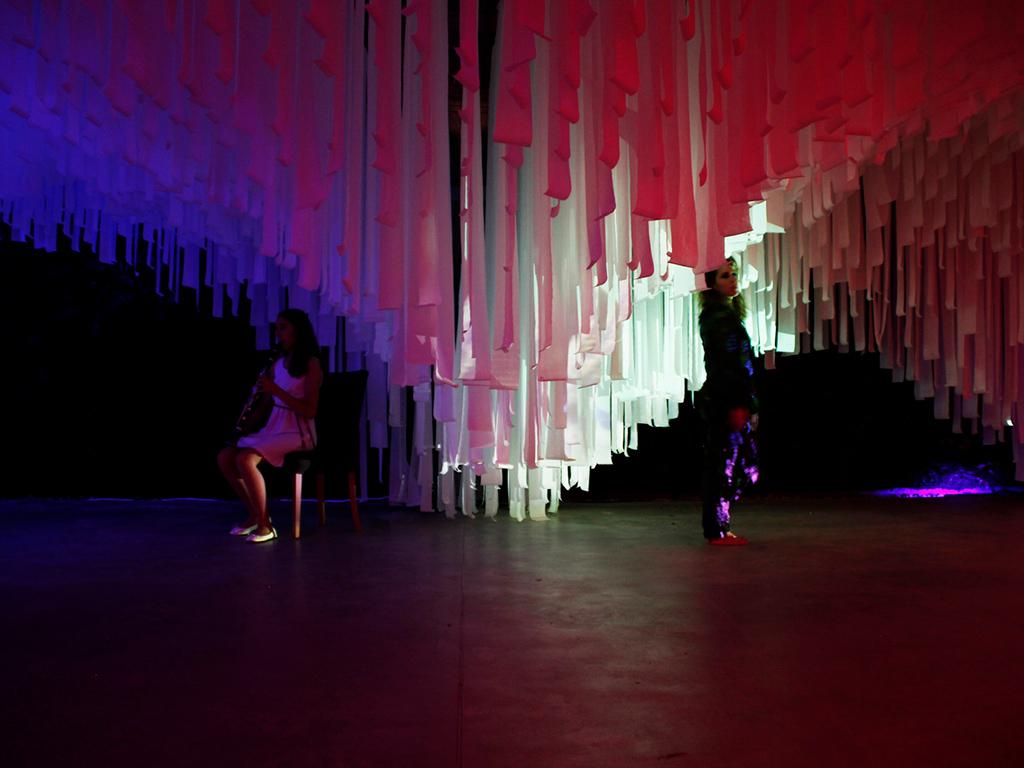 Название проекта: Noche en Blanco Какой вуз представляет: G+K Archstudio, Испания   Тканевый павильон с разноцветной подсветкой