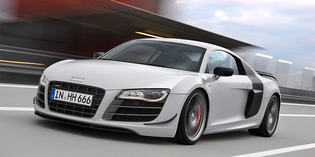 Audi R8 GT  Нападающий «Барселоны» Неймар, который близок к переходу в «ПСЖ», также тратит немалую часть своей зарплаты на покупку роскошных автомобилей. Чаще всего бразильца можно увидеть за рулем суперкара Audi R8 GT. Автомобиль выпущен ограниченной серией и комплектуется 5,2-литровым мотором V10 с отдачей 553 лошадиные силы. С места до «сотни» Audi R8 GT разгоняется за 3,6 секунды, а его максимальная скорость достигает отметки в 320км в час.
