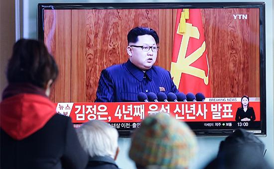 Жители Южной Кореи смотрят по телевизору новогоднее обращениелидера КНДР Ким Чен Ына