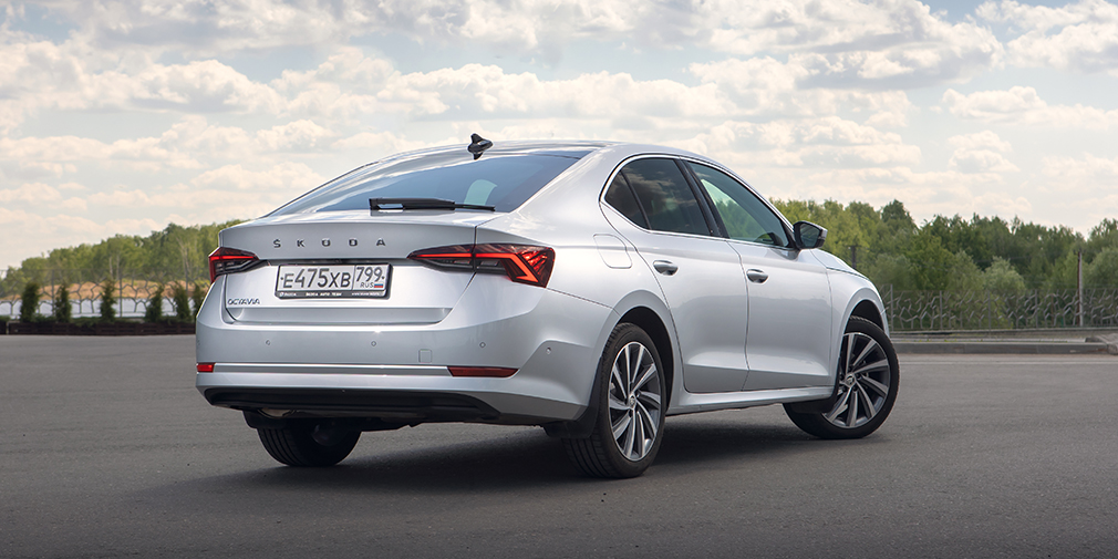 Сзади Octavia стала выглядеть дороже и статнее предшественницы— здесь больше нет простой оптики а-ля Volkswagen Polo. С определенного ракурса Octavia теперь напоминает скорее Audi A3 и A4 в кузове седан.