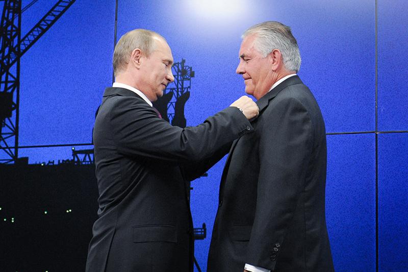 В 2013 году президент ExxonMobil Рекс Тиллерсон получал на ПМЭФ награду из рук Владимира Путина. В 2014 году из-за санкций он заморозил работу с «Роснефтью» на шельфе Карского моря