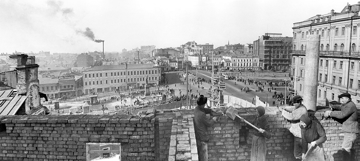 Бригада каменщиков Власова на строительстве жилого дома № 17 на Тверской улице. 15 апреля 1940 года