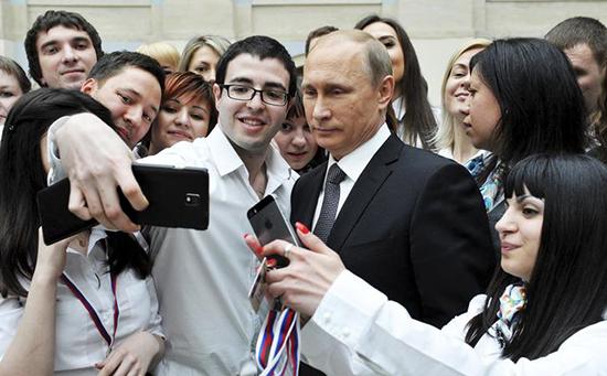 Президент России Владимир Путин с сотрудниками call-центра после эфира «Прямой линии»