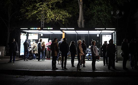 Горожане на остановке общественного транспорта