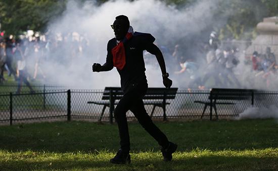 Французская полиция применила слезоточивый газ противболельщиков вПариже