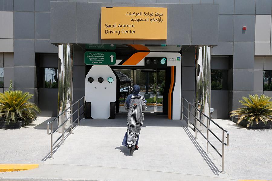 Генеральное управление дорожного движения Саудовской Аравии начало выдавать женщинам водительские права еще 4 июня. Тогда обладательницами удостоверений стали десять женщин, предварительно сдавших соответствующий экзамен.