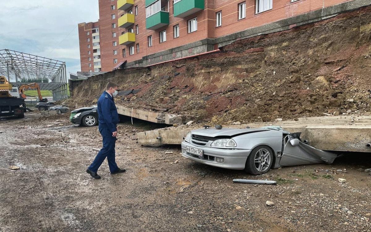 В Красноярске подпорная стена дома рухнула на четыре машины и грузовик