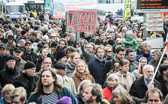 Демонстранты во время акции протеста в Берлине против готовящегося соглашения о свободной торговле (Transatlantic Trade and Investment Partnership, TTIP) между Европой и США